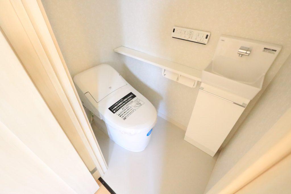 1階には手洗いユニット付きのローシルエット便座(施工例)