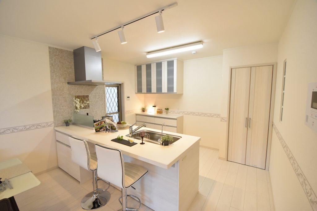 明るく開放感のあるオープンキッチン。日々のお料理が楽しくなります♪【キッチン施工例】
