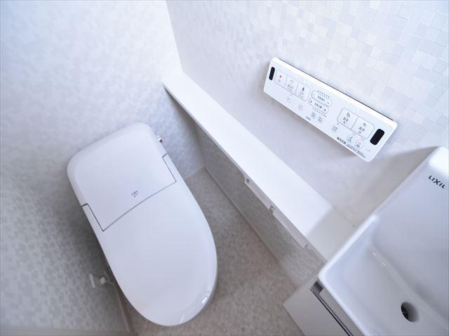 一階のトイレは手洗いユニット付きのローシルエット便座!