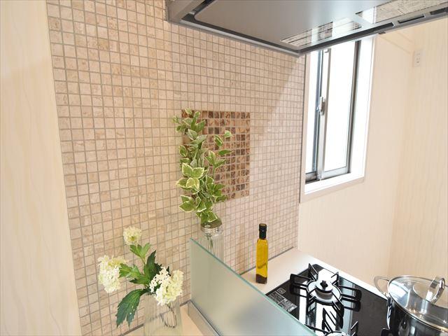 【施工例】キッチンを一層引き立てるデザイン性のあるタイル仕上げ!