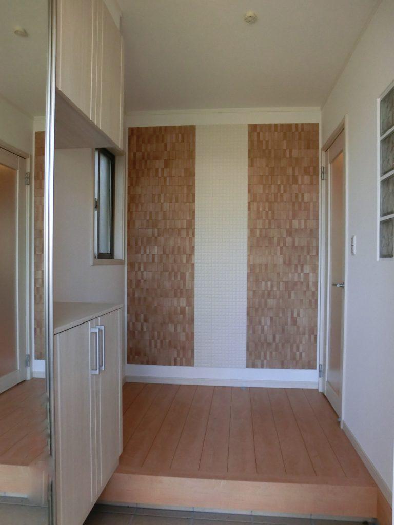 機能性・デザイン性に優れたエコカラット♪玄関を一層明るくしてくれます。