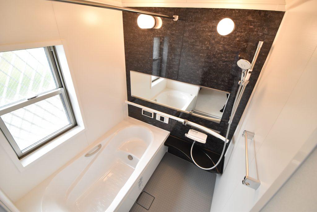 ワイドミラーにドーム型天井で浴室が広く感じます♪