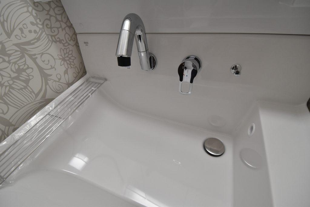 使いやすさと広さを実現した大型洗面ボウル!バケツを置いたままでも作業スペースが確保できます!