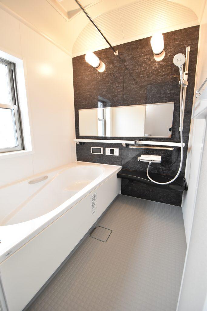 【施工例】ワイドミラーにドーム型天井で浴室が広く感じます♪
