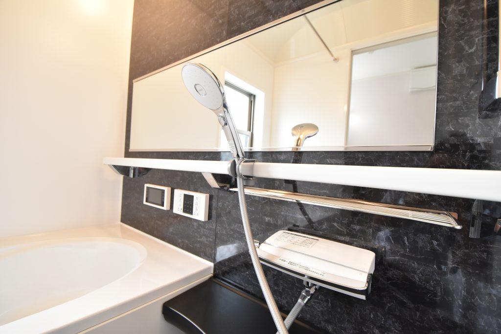 一日の疲れを癒す浴室には5.5インチのTV付き。