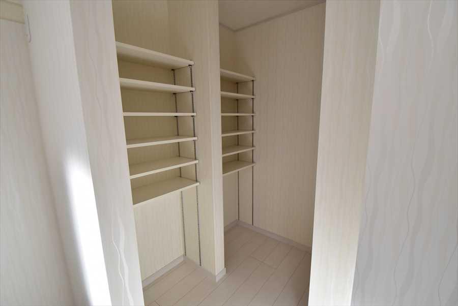 キッチン横には収納力抜群のパントリー。入れる物により高さを変更できる可動棚付き!