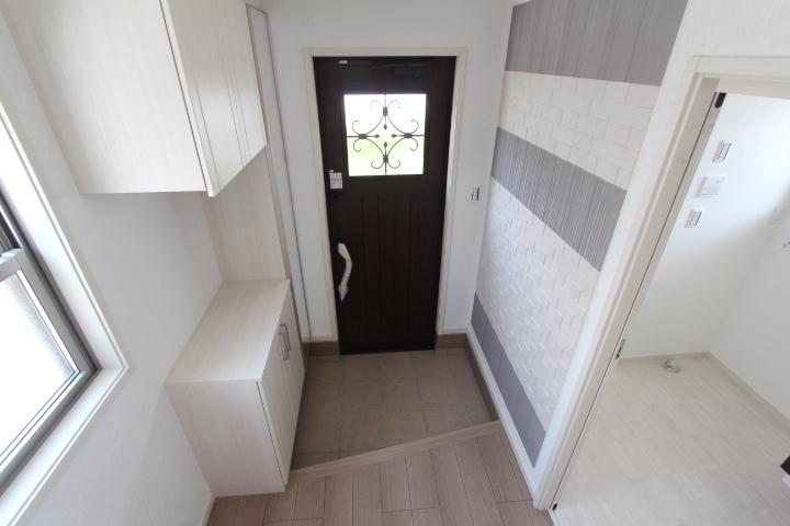 【施工例】家の顔である玄関にはデザイン性・機能性に優れたエコカラット!