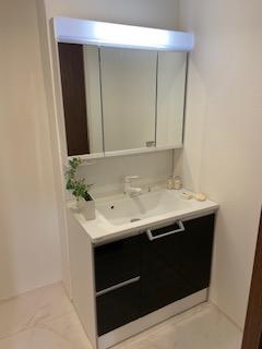 【施工例】鏡の裏には充実の収納力!小物をシッカリと収納出来ます。