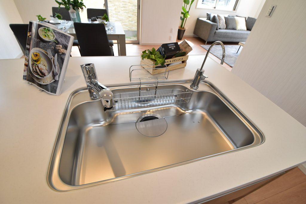 【施工例】広々とした静穏シンクに独立型の浄水器を標準装備!