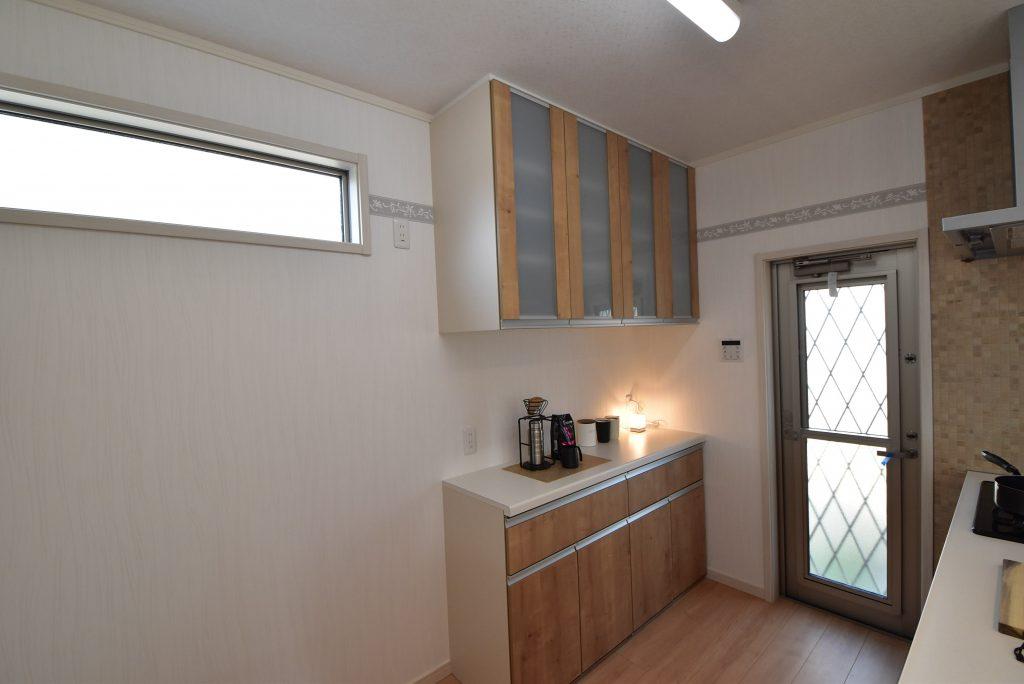 【施工例】キッチンと同色のカップボードを標準装備♪