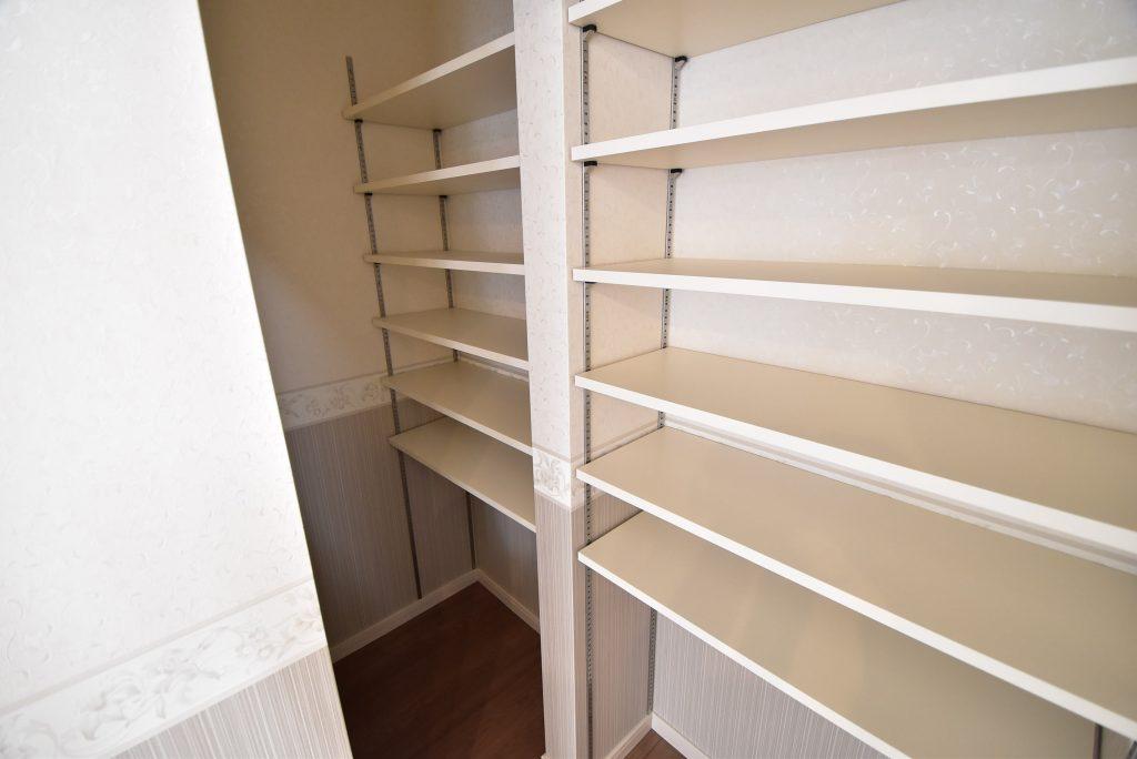 【施工例】キッチン横には収納力抜群のパントリー!可動だな付きなので入れる物によって高さを変更できます!