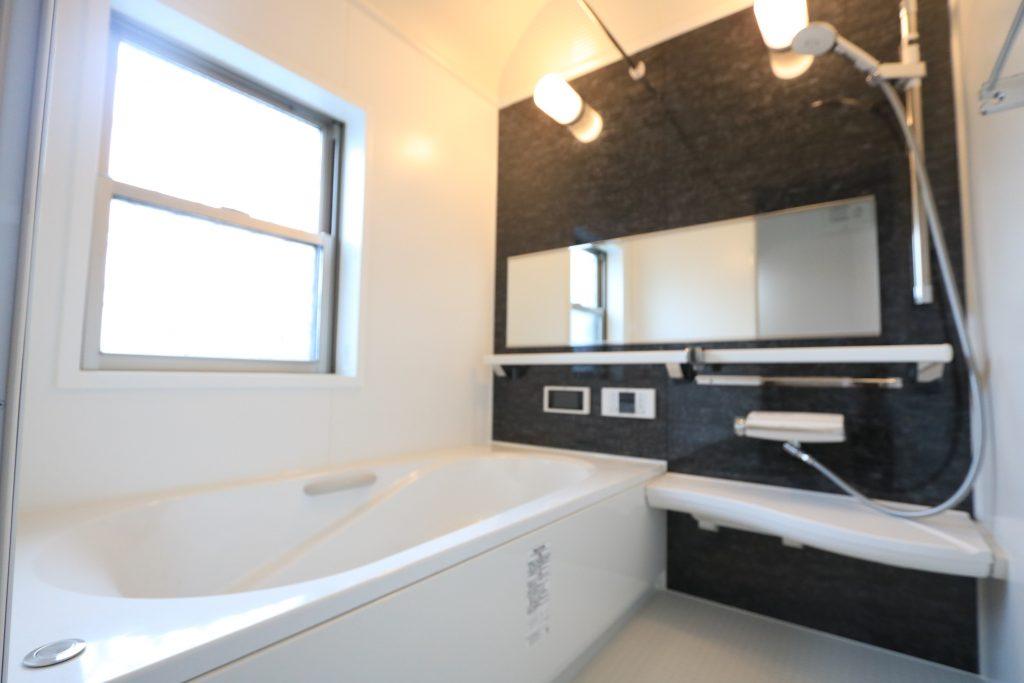 【施工例】ワイドミラーにドーム型天井で浴室が広く感じます