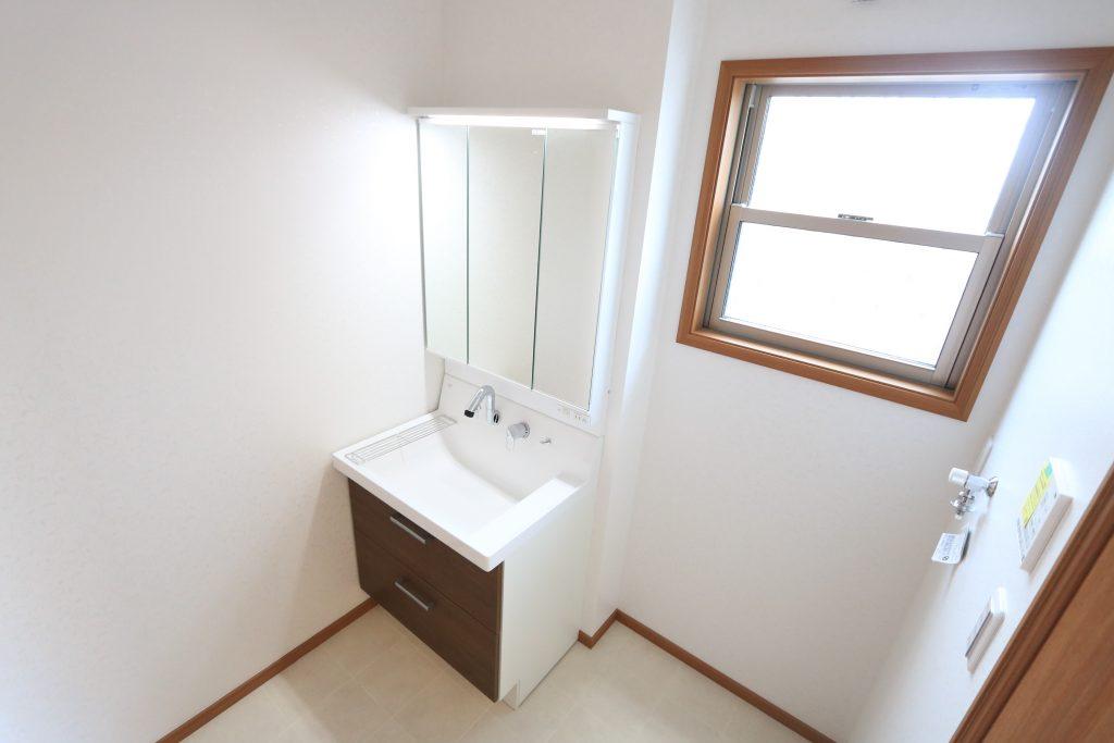 【施工例】3面鏡の裏がすべて収納スペース!小物をスッキリ収納出来ます♪