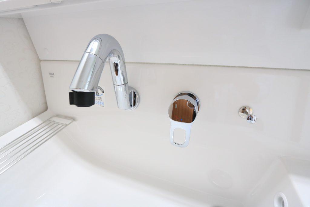 【施工例】使いやすさと広さを実現した大型洗面ボウル!バケツを置いたままでも作業できます♪