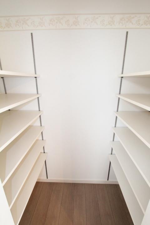 【施工例】キッチン横には収納力抜群のパントリー!可動棚を使いオリジナルの収納スペースへ!