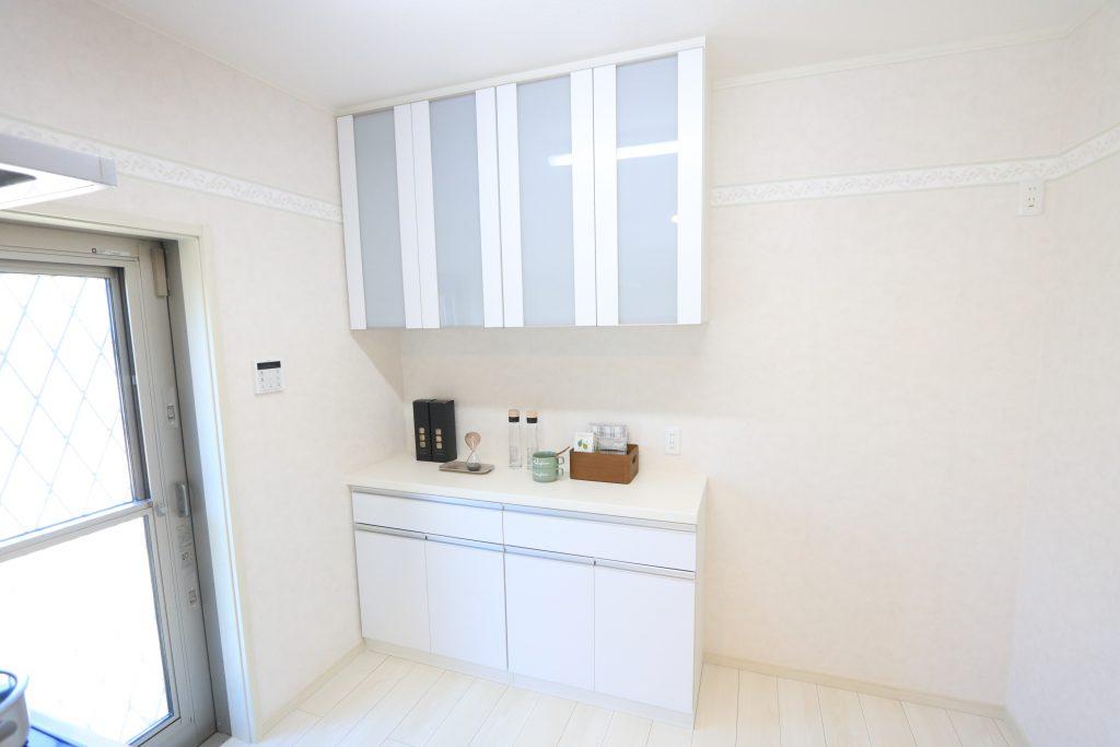【施工例】キッチンと同じ面材を使っている大型カップボード。収納力も抜群です!