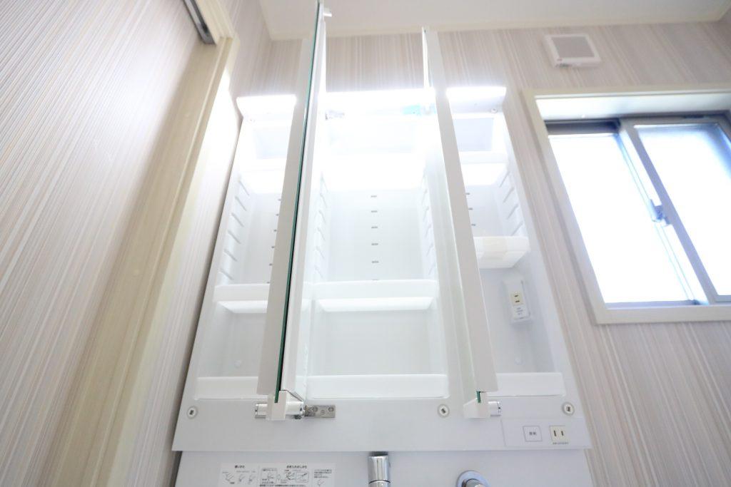 【施工例】鏡の裏には充実の収納力!小物をスッキリ収納出来ます♪