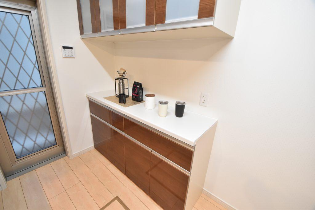 【施工例】キッチンと同じ面材を使った大型カップボードを標準装備!